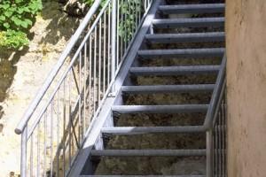 Frei durch den Raum verlaufende Stahltreppe