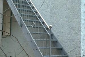 Stahltreppe an Wand entlang verlaufend, feuerverzinkt