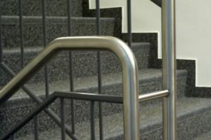 Edelstahl und spritzlackierter Stahl