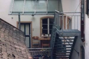 Glasvordach im Innenhof