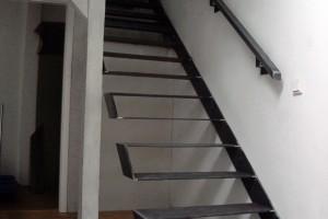 Frei kragende Treppe mit Handlauf